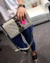 gri büyük zımbalı zincirli kalpli kol çantası sk7259