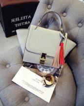 püsküllü trapeze zincirli gri kol çantası sk10305
