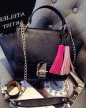 püsküllü trapeze zincirli siyah kol çantası sk10305