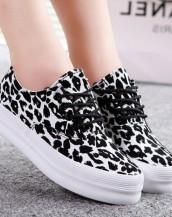 siyah beyaz desenli platform bez ayakkabı sk5177.jpg