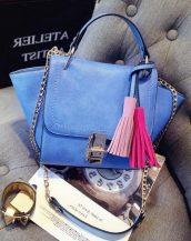 püsküllü trapeze zincirli mavi kol çantası sk10305